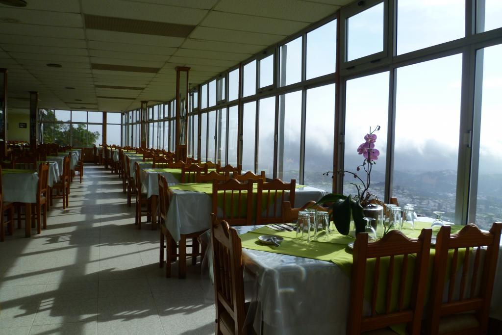 Mesas de balcon mesas de bar plegables de madera y de cao for Bar restaurante el jardin zamora
